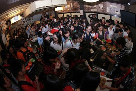 Buffet miễn phí: Khách Việt nhảy cả vào bếp để ăn