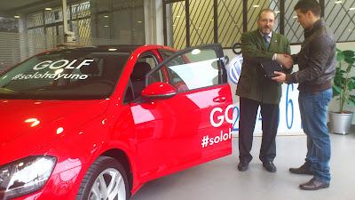 Ventura Velasco entrega el vehículo a Roberto Rodriguez