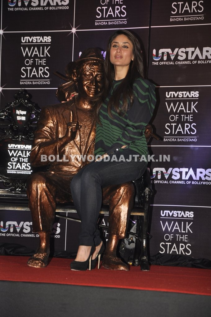 kareena in lap of raj kappor statue - Kareena Kapoor At Bollywood Channel Utv Star Launch