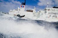 Ativistas australianos abordam  um baleeiro japonês