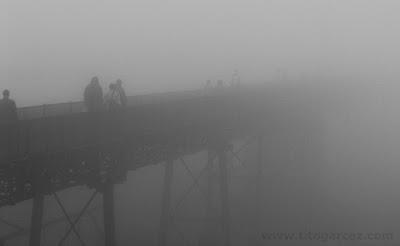 Passarela da antiga estação ferroviária de Paranapiacaba sob neblina