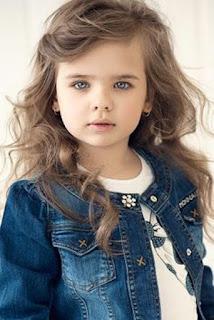 Gratis Foto Gadis Cilik Bermata Cantik Berambut Ikal