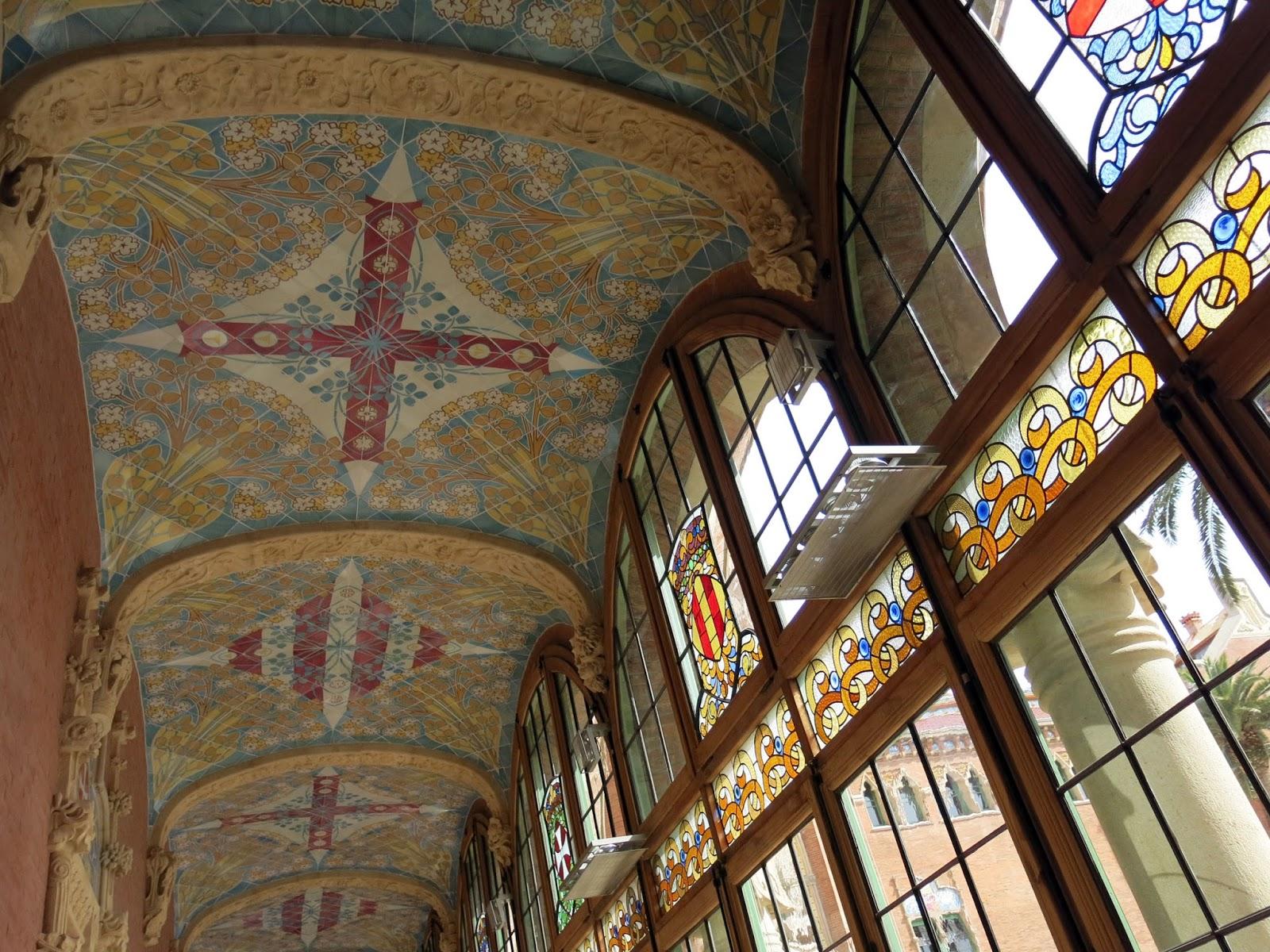bveda del pasillo de entrada al colegio mayor obsrvese la profusa y colorista decoracin del techo y de los dinteles de las puertas y de los vidrieras