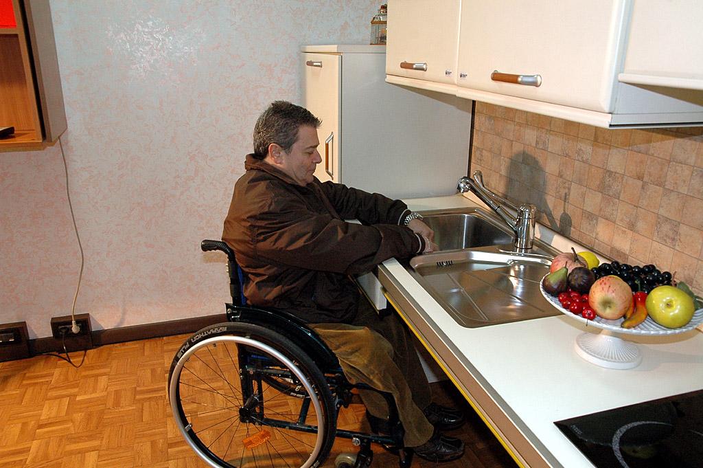 Barriere architettoniche automazione di arredi domotica for Piani domestici accessibili per disabili
