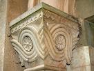 Detall del capitell esquerra amb decoració geomètrica