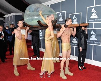 Lady Gaga llegó a los Premios Grammy 2011 en el interior de un huevo gigante