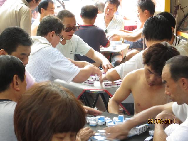 Dominó, uno de los juegos más populares en las calles.