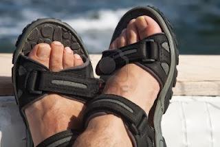 Homem usando papetes - Pés Masculinos - Male Feet