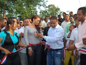 Francisco Fernández inaugura moderno y vistoso parque de recreación en Sabana Perdida