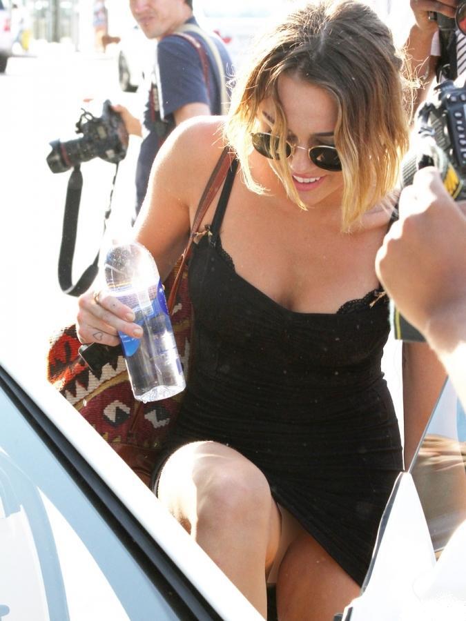 Miley Cyrus, pillada sin ropa interior a la salida de su