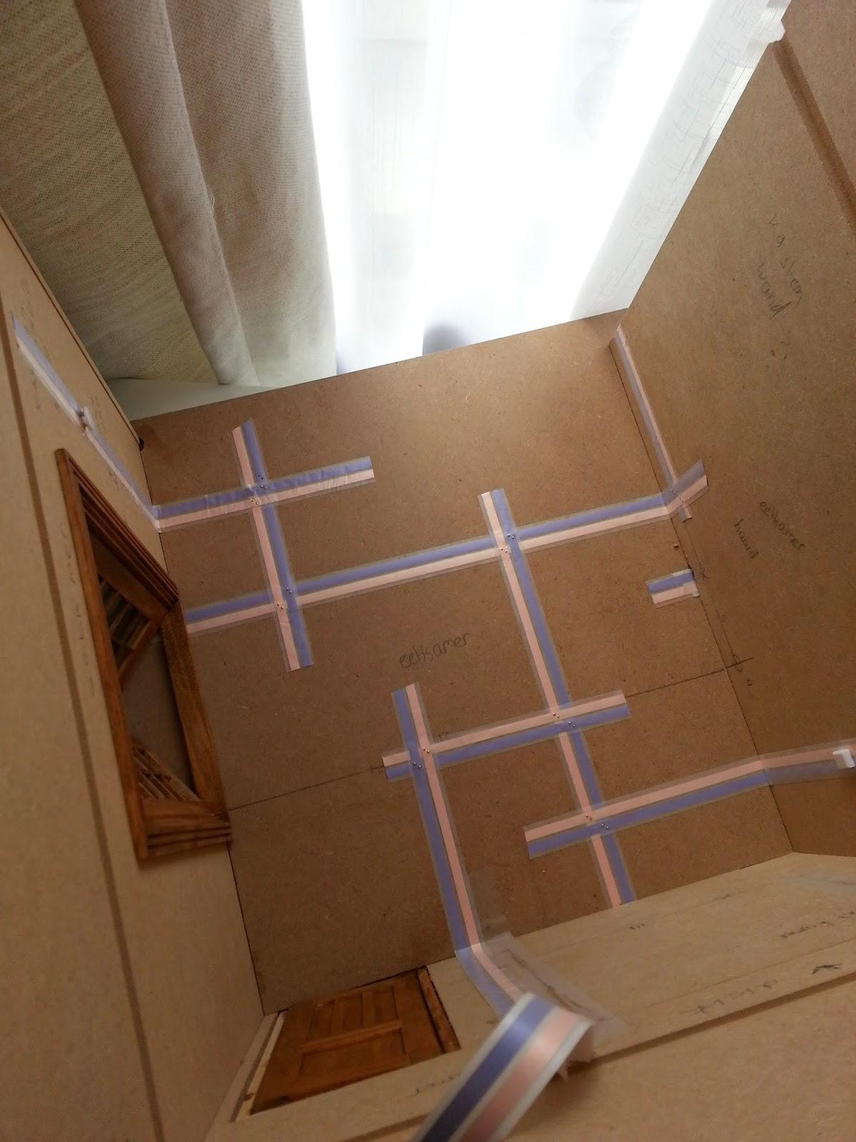 het lampje in de trapkast was helaas niet meer met kopertape te bereiken maar hierbij heb ik de bedrading naar de keuken doorgetrokken waar ik in het