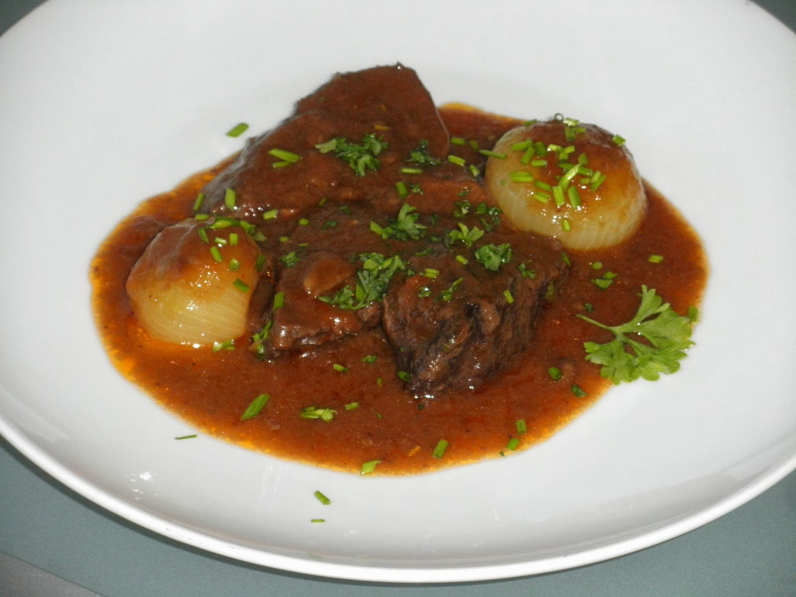 Carrilleras de ternera o vaca en salsa con vino tinto y - Carrilladas de ternera ...