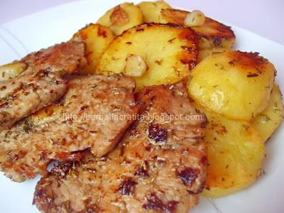 Muschi de porc felii cu cartofi la cuptor