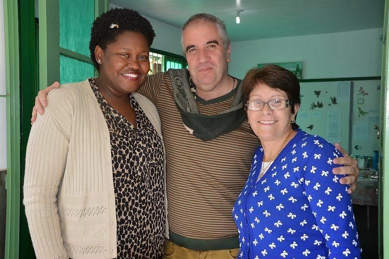 O escritor Hudson Fernandes é recebido pela diretora da escola, Maria do Carmo Pereira, e pela orientadora pedagógica, Maria Odília Mattos