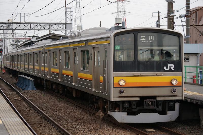 南武線尻手駅を発車する205系