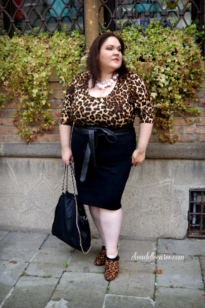 outfit plus size con top animalier e longuette nera