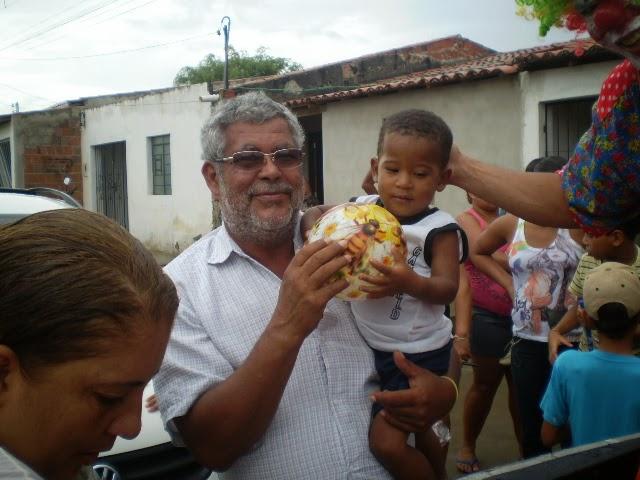 Filadélfia: Vereador Teval distribui presentes para as crianças da sede e do interior.