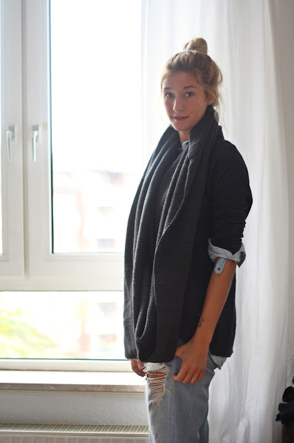Grauer Schal und Pulli. Herbstoutfit von Fashionblogger Fleur et Fatale.