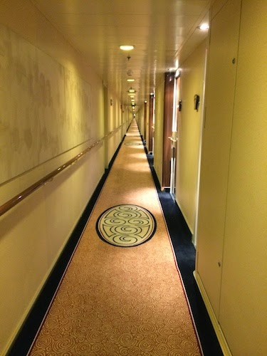 Chuck and Lori's Travel Blog - Queen Mary 2 Hallway