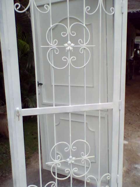 Ideas en hierro forjado puertas con rejas y ventanas for Modelos de rejas de fierro para puertas