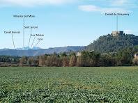 El Castell de Balsareny amb Montserrat al fons, des del Pla de Vilamajor