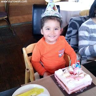 Sonia con la tarta de su tercer cumpleaños