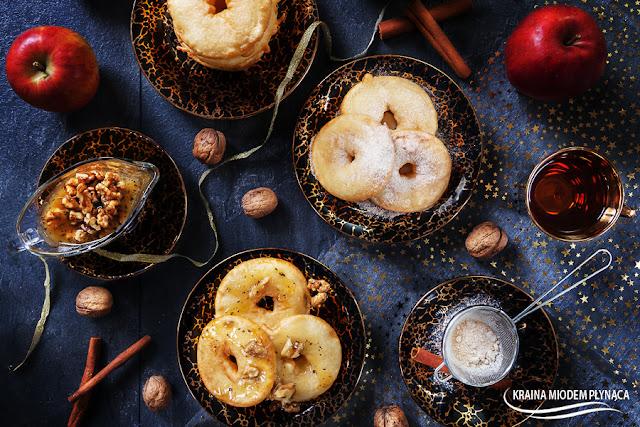 jabłka w cieście naleśnikowym, deser z jabłkami, ciasto naleśnikowe, naleśniki, smażone jabłka, jabłka, cynamon, pomysł na kolację, całuski, placki z dziurką, kraina miodem płynąca