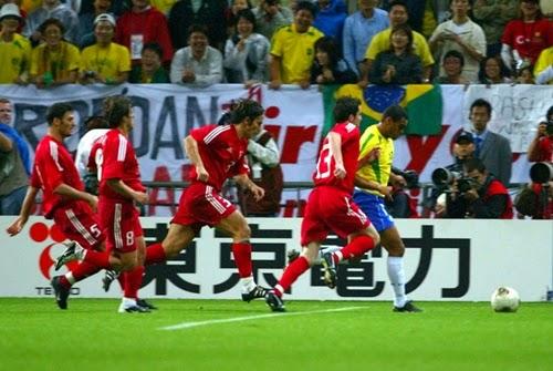 Jogadores da Turquia correndo atras de Denilson copa do mundo 2002.