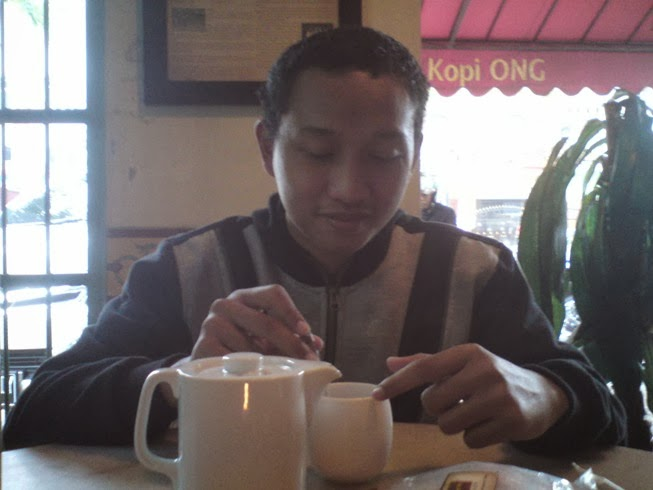menikmati kopi ong