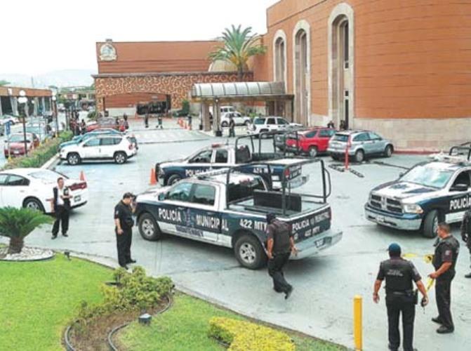 POLICIAS REVISAN EL LUGAR DESPUES DEL GRANADAZO Y DETONACIONES CON ARMAS AR-15