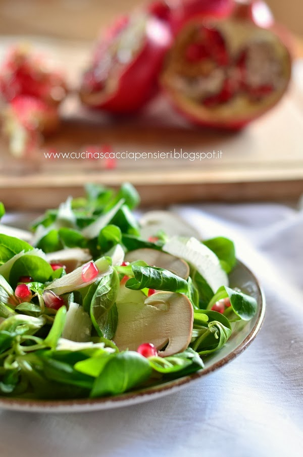 insalata di valeriana, funghi porcini e melagrana