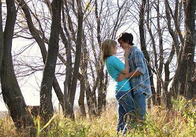 كيف تجعلين حبيبك او خطيبك او زوجك يحبك بجنون - حبيبان فى حديقة - happy couples - romantic wallpapers - love ans romance