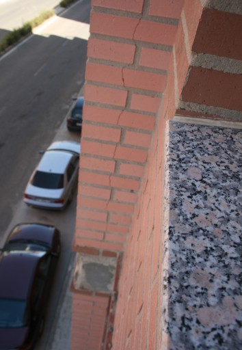 grieta en fachada de ladrillos