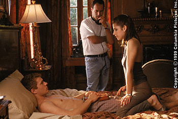 Roger Kumble with Gellar and Phillppe Cruel Intentions 1999 movieloversreviews.blogspot.com