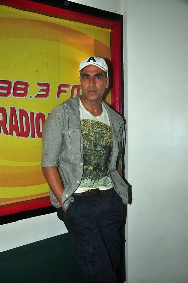 Akshay Kumar Promotes 'Gabbar is Back' Holiday at Radio Mirchi 98.3 FM