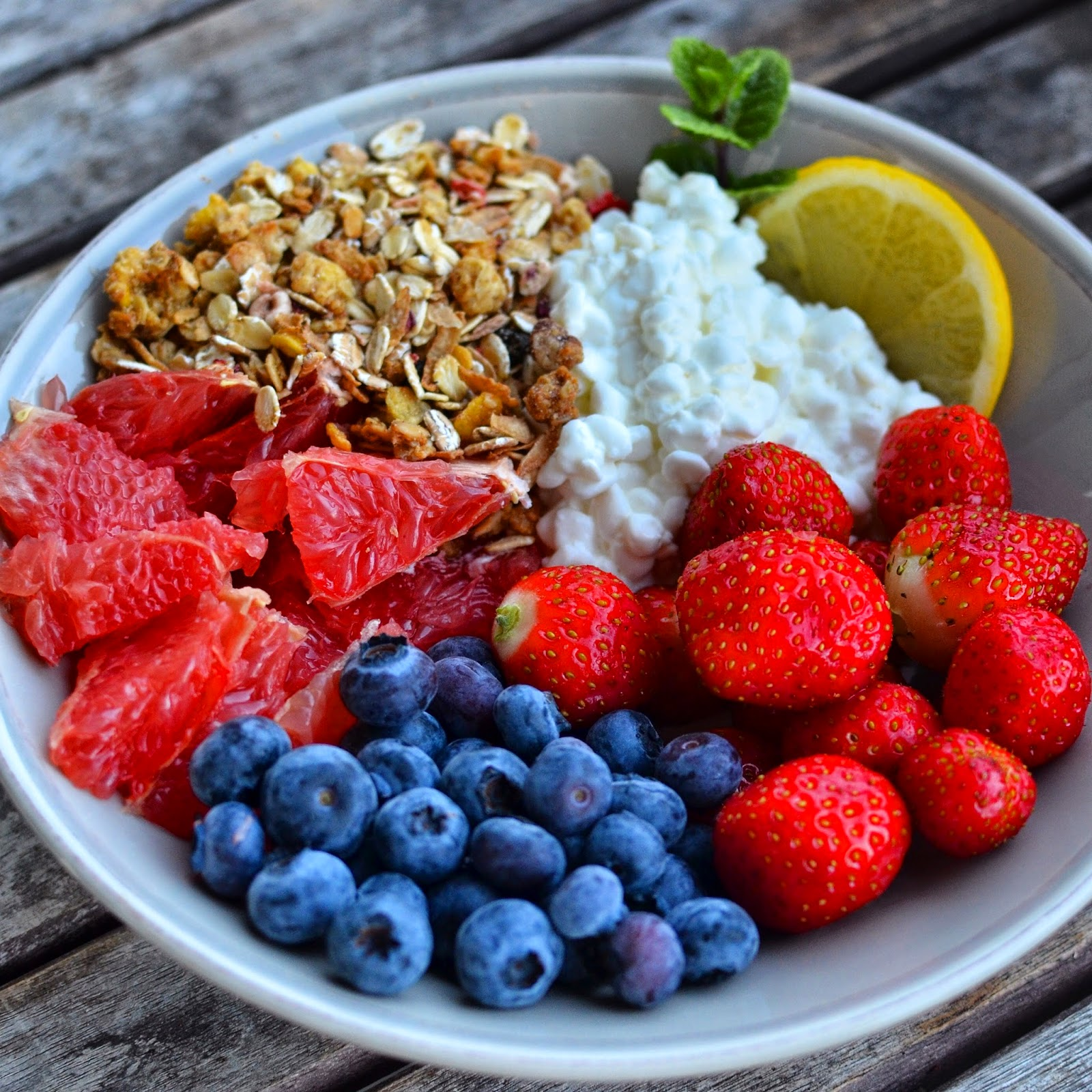 Recipe granola and fruits