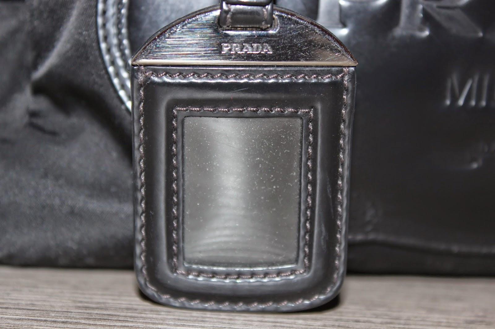 6f208c6ade Le parti metalliche (cerniera, portanome, lucchetto, altro..) devono essere  logate, ovvero riportare la scritta Prada. Ecco alcune foto.