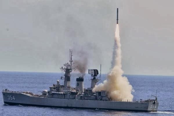 KRI Oswald Siahaan sedang menembakkan rudal Yakhont