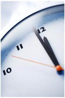 horloge qui indique midi moins une minute