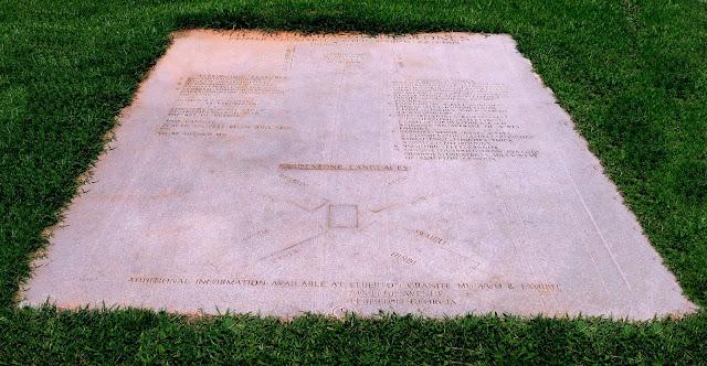 Monumento Georgia Guidestones USA tavola esplicativa %2528pulita%2529