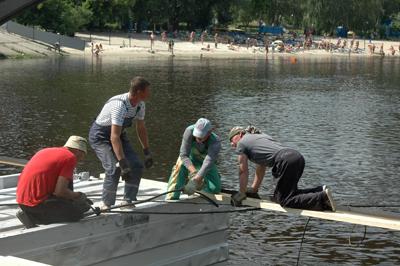 Фото Укринформ: строители понтонного моста