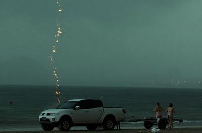 Fotografo capta momento exacto em que mulher é atingida por um raio