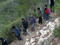 Graons fets a la roca per facilitar la baixada del turó