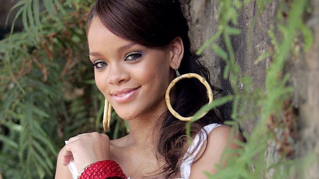 rihanna_smile_wallpapers_2011_696348522326565232