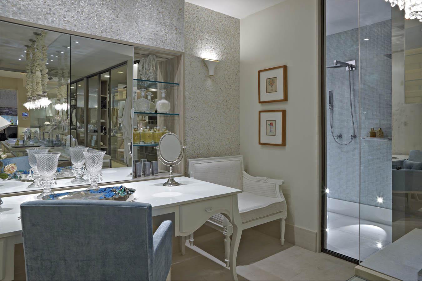 ao closet decorada de azul e branca linda! Confira todos os detalhes #595041 1350x900 Banheiro Com Banheira E Tv