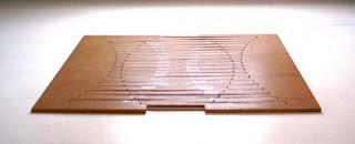 Rising Table - оригинальный деревянный журнальный стол, который сконструирован с использованием кинематики сгибания, имеет свойство эстетичности и практичности, так как позволяет сложить стол абсолютно плашмя. Стол разработал голландский дизайнер Роберт ван Эмбрикс. Удивительно и просто!