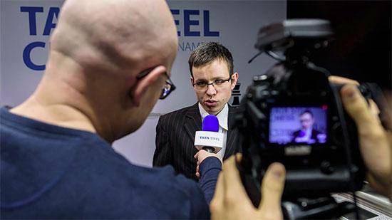 Le très discret champion tchèque David Navara est interviewé après sa victoire sur l'ex-leader Fabiano Caruana - Photo © Alina L'Ami