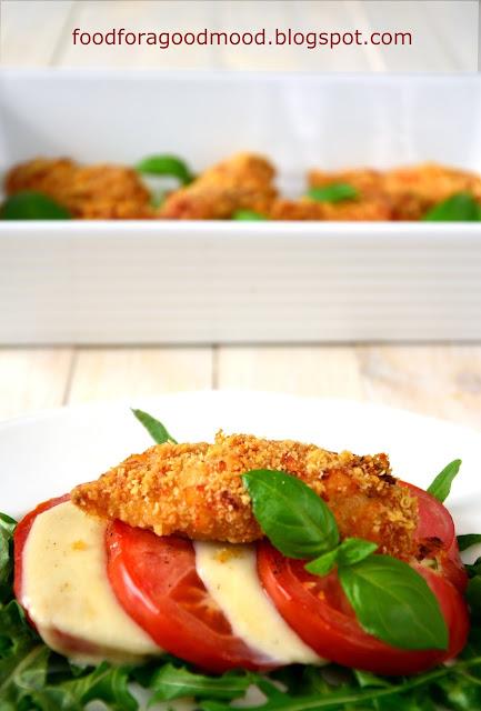 Zapiekany filet z piersi kurczaka - chrupiący, o wyrazistej serowo - maślanej nucie. Do tego sałatka Caprese na ciepło, gdzie smak dojrzałych w słońcu, pieczonych pomidorów uzupełnia ciągnąca się w nieskończoność mozzarella i świeże listki bazylii. Smaki lata zaklęte w jednym, jakże niewyszukanym daniu. Kto spróbuje? :)