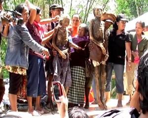 Ritual Adat Suku Toraja Membersihkan Jenazah
