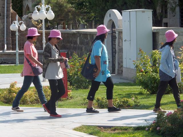 Четыре девушки в розовых панамах